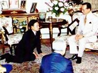 Suchinda agenouillé devant le Roi au cours d'une audience télévisée