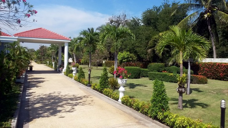 Le jardin tel qu'on le découvre en entrant dans le resort.