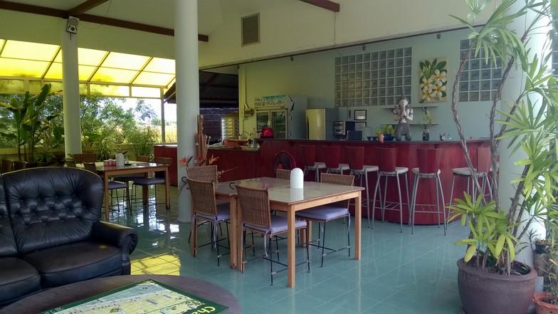 Le restaurant ouvert sur l'extérieur, avec un bar.