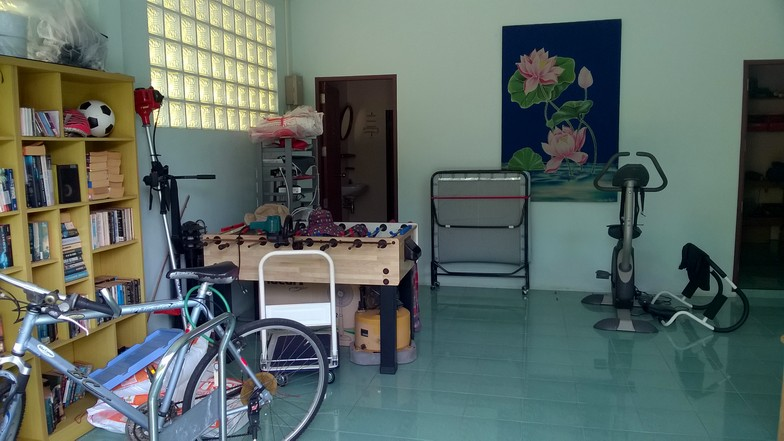 La salle est polyvalente : fitness, jeux...
