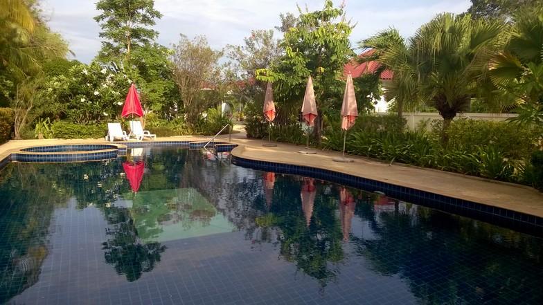 La piscine (17m x 7m, traitement au sel).