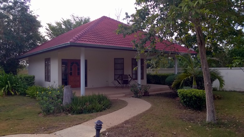 Chaque bungalow dispose d'un salon, de deux chambres, une salle de bain et des WC, pour une surface totale de 80 m².