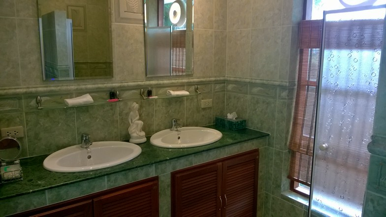 La salle de bain du bungalow vert.