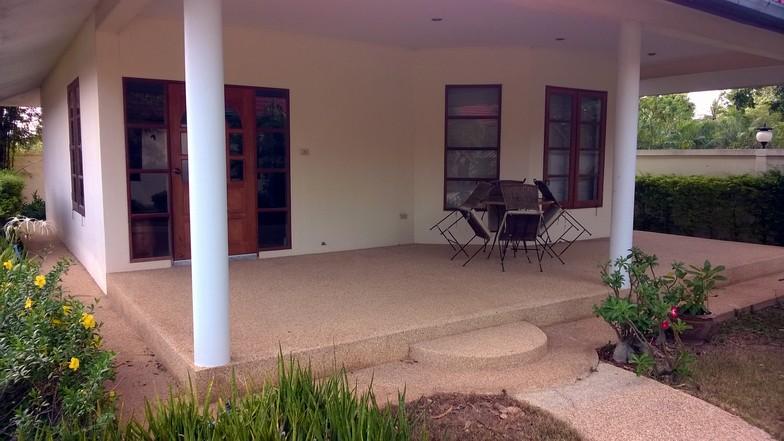 La terrasse devant l'un des bungalows.