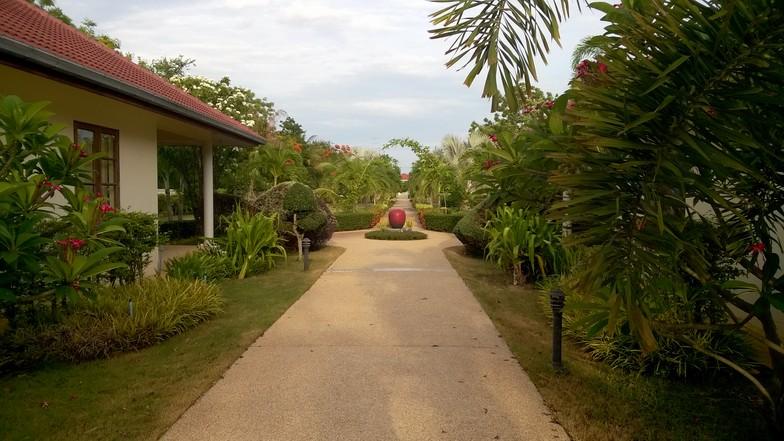L'allée principale traversant le resort.