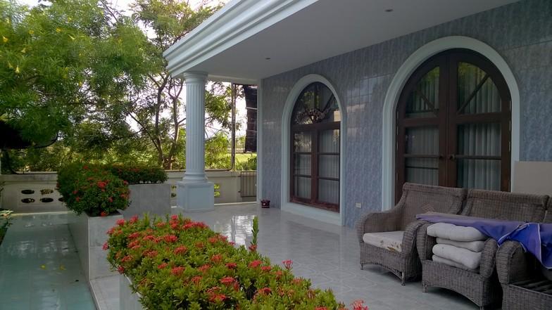 Les murs de la maison principale sont carrelés à l'extérieur, et ont une épaisseur de 30 cm, pour une isolation optimale.