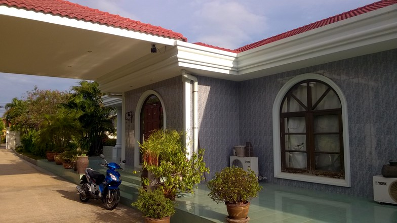 The house is fully air conditioned with 6 large units and equiped with satellite TV and fast Internet connection (optic fiber).