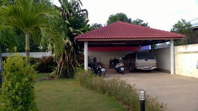 Le parking peut recevoir plusieurs véhicules et peut facilement être agrandi si besoin.