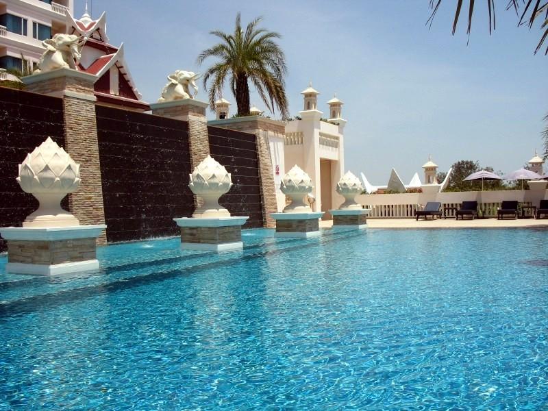 La deuxième piscine, surplombant l'hôtel.