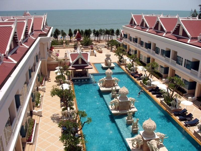 วิวจากห้องชั้นบนของโรงแรมจะเห็นสระว่ายน้ำอยู่ตรงกลางระหว่างห้องพักและเห็นวิวทะเลที่สวยงาม