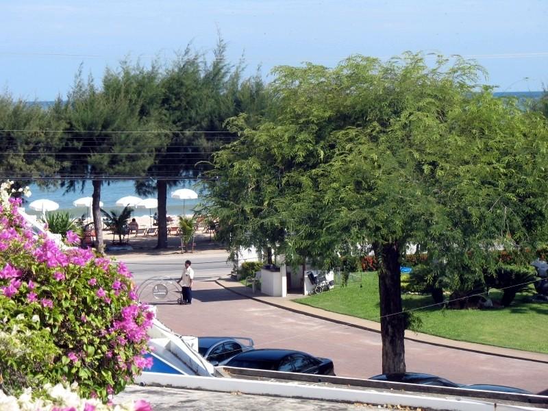 ร่มกันแดดสีขาวของโรงแรมไว้สำหรับบริการลูกค้าบนชายหาด