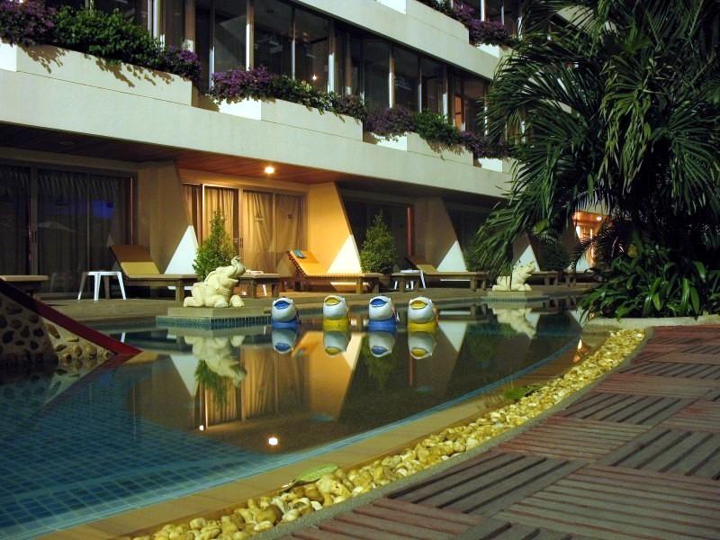 สระว่ายน้ำด้านหลังของโรงแรม