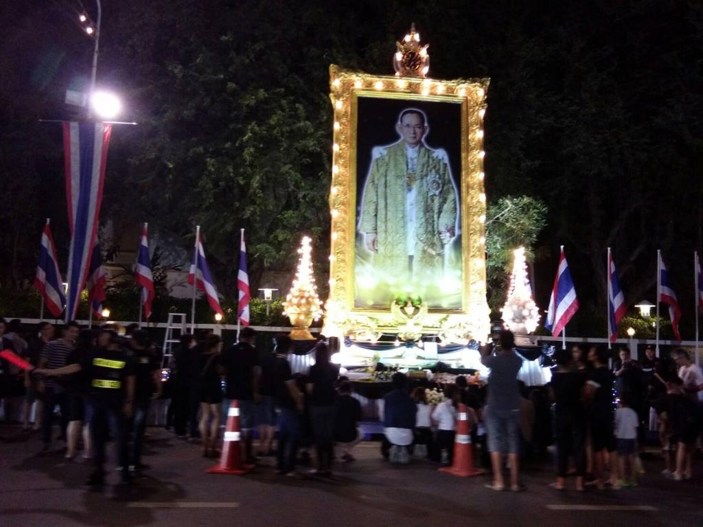 Hommages rendus au roi à Hua Hin devant le palais royal.